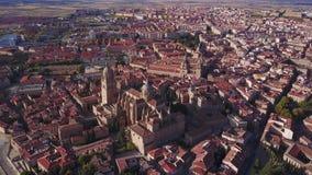 Ιστορικός καθεδρικός ναός που ανυψώνεται πέρα από τη μεγάλη πόλη Σαλαμάνκας, Ισπανία φιλμ μικρού μήκους