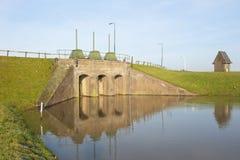 Ιστορικός κολπίσκος ποταμών τούβλου που χτίζεται μέσα στο φράγμα Στοκ εικόνα με δικαίωμα ελεύθερης χρήσης