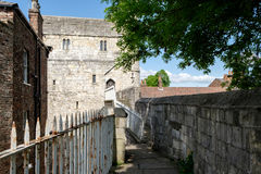 ιστορικός μεσαιωνικός φρουρίων πόλεων οικοδόμησης προστατεύει στους τοίχους Υόρκη κωμοπόλεων πύργων Στοκ Φωτογραφίες