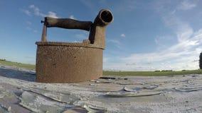 Ιστορικός σκουριασμένος σίδηρος υφασμάτων στον παλαιό ξύλινο πίνακα, timelapse 4K φιλμ μικρού μήκους