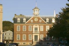 Ιστορικός στο κέντρο της πόλης και Δημαρχείο και δικαστήριο στο Νιούπορτ, Ρόουντ Άιλαντ Στοκ Εικόνες