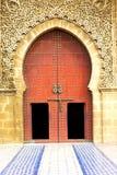 ιστορικός στο παλαιό ύφος του Μαρόκου πορτών οικοδόμησης ελεύθερη απεικόνιση δικαιώματος