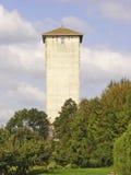 Ιστορικός τετραγωνικός άσπρος πύργος νερού Στοκ εικόνα με δικαίωμα ελεύθερης χρήσης