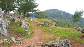 ιστορικός τρόπος lycian οδοιπορίας περπατήματος ατόμων τουριστών, δρόμος lycia, Τουρκία απόθεμα βίντεο