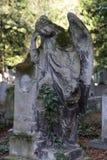 Ιστορικό άγαλμα στο παλαιό νεκροταφείο της Πράγας μυστηρίου, Δημοκρατία της Τσεχίας στοκ εικόνα