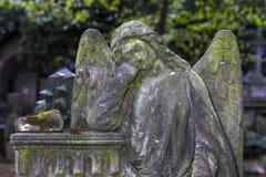Ιστορικό άγαλμα στο παλαιό νεκροταφείο της Πράγας μυστηρίου, Δημοκρατία της Τσεχίας στοκ φωτογραφίες