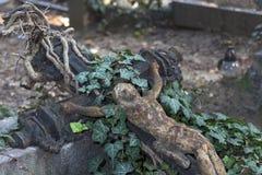 Ιστορικό άγαλμα στο παλαιό νεκροταφείο της Πράγας μυστηρίου, Δημοκρατία της Τσεχίας στοκ εικόνες