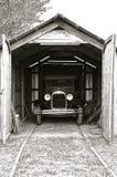 Ιστορικό αυτοκίνητο που σταθμεύουν σε ένα παλαιό ξύλινο γκαράζ Στοκ εικόνα με δικαίωμα ελεύθερης χρήσης