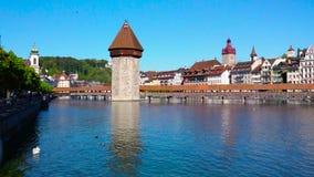 Ιστορικό κέντρο πόλεων Λουκέρνης με τη διάσημα γέφυρα παρεκκλησιών, τη λίμνη Λουκέρνη και το βουνό Pilatus, καντόνιο Luzern, Ελβε απόθεμα βίντεο