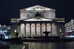 Ιστορικό κτήριο θεάτρων Bolshoy στη Μόσχα δεμένη όψη σκαφών λιμένων νύχτας Στοκ φωτογραφία με δικαίωμα ελεύθερης χρήσης