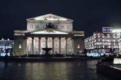 Ιστορικό κτήριο θεάτρων Bolshoy στη Μόσχα δεμένη όψη σκαφών λιμένων νύχτας Στοκ Εικόνες