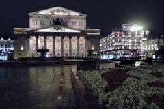 Ιστορικό κτήριο θεάτρων Bolshoy στη Μόσχα δεμένη όψη σκαφών λιμένων νύχτας Στοκ Φωτογραφία