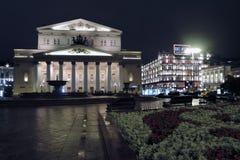 Ιστορικό κτήριο θεάτρων Bolshoy στη Μόσχα δεμένη όψη σκαφών λιμένων νύχτας Στοκ Εικόνα