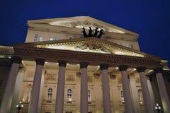 Ιστορικό κτήριο θεάτρων Bolshoy στη Μόσχα δεμένη όψη σκαφών λιμένων νύχτας Στοκ Φωτογραφίες