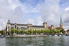 Ιστορικό κτήριο κοντά στον ποταμό Limmat, Ζυρίχη, Ελβετία Στοκ εικόνες με δικαίωμα ελεύθερης χρήσης