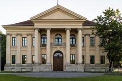 Ιστορικό κτήριο με την μπροστινές σκεπαστή είσοδο πρόσοψης και την κιονοστοιχία Στοκ Εικόνες