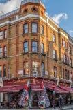 Ιστορικό κτήριο στο Λονδίνο με τη βικτοριανά πρόσοψη και ιταλικά Στοκ Εικόνες