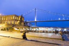 Ιστορικό μέγαρο σουλτάνων της Esma και λυκόφως γεφυρών Bosphorus Στοκ εικόνες με δικαίωμα ελεύθερης χρήσης