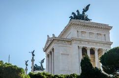 Ιστορικό να στηριχτεί του άσπρου μαρμάρου με τις στήλες και τα αγάλματα των horse-drawn μεταφορών στη στέγη στην πλατεία Venezia  Στοκ Εικόνες
