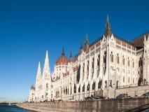 Ιστορικό να στηριχτεί του ουγγρικού Κοινοβουλίου στο ανάχωμα ποταμών Δούναβη στην ηλιόλουστη ημέρα της Βουδαπέστης πυροβόλησε με  Στοκ φωτογραφία με δικαίωμα ελεύθερης χρήσης