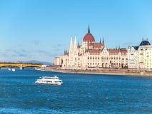 Ιστορικό να στηριχτεί του ουγγρικού Κοινοβουλίου στο ανάχωμα ποταμών Δούναβη στην ηλιόλουστη ημέρα της Βουδαπέστης πυροβόλησε με  Στοκ φωτογραφίες με δικαίωμα ελεύθερης χρήσης
