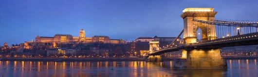 Ιστορικό πανόραμα νύχτας της Βουδαπέστης. Στοκ Φωτογραφία