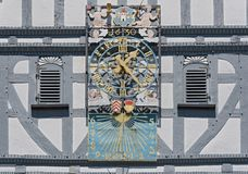 Ιστορικό ρολόι Δημαρχείων στο τετράγωνο αγοράς στην παλαιά πόλη του butzbach Γερμανία στοκ εικόνες με δικαίωμα ελεύθερης χρήσης