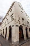 Ιστορικό σπίτι με τις αγορές arcades στο Μάαστριχτ, Κάτω Χώρες Στοκ Εικόνα