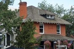 Ιστορικό σπίτι τούβλου που διακοσμείται για να παρουσιάσει αμερικανική κληρονομιά στοκ εικόνα