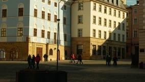 Ιστορικό τετράγωνο στην πόλη Olomouc με τα αρχιτεκτονικά κτήρια, την επιφύλαξη ορόσημων μνημείων και τους ανθρώπους που περπατούν φιλμ μικρού μήκους