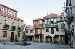 Ιστορικό τετράγωνο Pontevedra Κτήρια με τα χρωματισμένα μπαλκόνια παραθύρων προσόψεων ξύλινα και croos πετρών στη μέση Στοκ Εικόνα