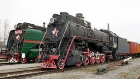 Ιστορικό τραίνο στις ράγες Στοκ εικόνα με δικαίωμα ελεύθερης χρήσης
