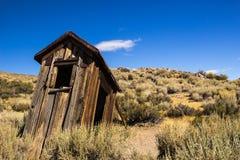 Ιστορικό Outhouse μεταλλείας στην οροσειρά πόλη-φάντασμα της Νεβάδας στοκ φωτογραφία με δικαίωμα ελεύθερης χρήσης