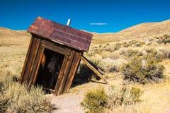 Ιστορικό Outhouse μεταλλείας στην οροσειρά πόλη-φάντασμα της Νεβάδας στοκ εικόνα