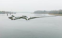 Ιστορικό weir ρεγγών στην ελαφριά ομίχλη πρωινού Στοκ Εικόνες