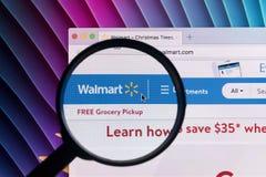 Ιστοχώρος αρχικών σελίδων Walmart στην οθόνη οργάνων ελέγχου της Apple iMac κάτω από την ενίσχυση - γυαλί Το Walmart είναι μια αμ Στοκ Εικόνα