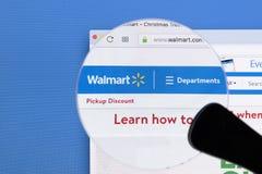Ιστοχώρος αρχικών σελίδων Walmart στην οθόνη οργάνων ελέγχου της Apple iMac κάτω από την ενίσχυση - γυαλί Το Walmart είναι μια αμ Στοκ Φωτογραφίες