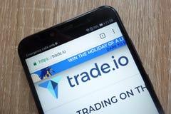 Ιστοχώρος εμπορικού συμβολικός TIO cryptocurrency που επιδεικνύεται σε ένα σύγχρονο smartphone στοκ φωτογραφία