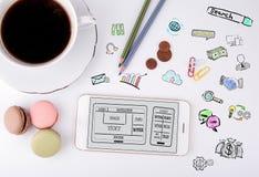 Ιστοχώρος και κινητή app έννοια ανάπτυξης Κινητό φλυτζάνι τηλεφώνων και καφέ σε ένα άσπρο γραφείο γραφείων Στοκ εικόνες με δικαίωμα ελεύθερης χρήσης