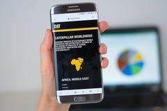 Ιστοχώρος της επιχείρησης του Caterpillar στην τηλεφωνική οθόνη στοκ φωτογραφία με δικαίωμα ελεύθερης χρήσης