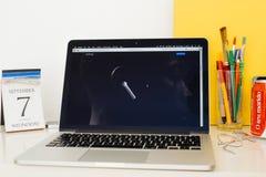 Ιστοχώρος υπολογιστών της Apple που επιδεικνύει το νέο Airpods Στοκ Εικόνες