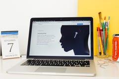 Ιστοχώρος υπολογιστών της Apple που επιδεικνύει το νέο Airpods Στοκ Φωτογραφίες