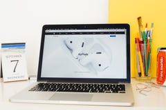 Ιστοχώρος υπολογιστών της Apple που επιδεικνύει το νέο Airpods Στοκ φωτογραφίες με δικαίωμα ελεύθερης χρήσης