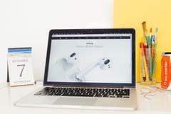 Ιστοχώρος υπολογιστών της Apple που επιδεικνύει το νέο hewadphone AirPods Στοκ εικόνες με δικαίωμα ελεύθερης χρήσης
