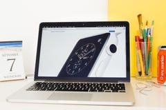 Ιστοχώρος υπολογιστών της Apple που επιδεικνύει το ρολόι μήλων κεραμικό, Στοκ φωτογραφία με δικαίωμα ελεύθερης χρήσης