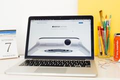 Ιστοχώρος υπολογιστών της Apple που επιδεικνύει το ρολόι μήλων κεραμικό, Στοκ φωτογραφίες με δικαίωμα ελεύθερης χρήσης