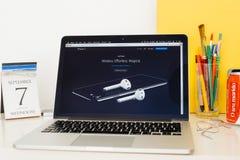 Ιστοχώρος υπολογιστών της Apple που επιδεικνύει το iPhone 7 και airpods Στοκ Εικόνες