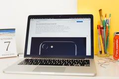 Ιστοχώρος υπολογιστών της Apple που επιδεικνύει το iphone 7 Στοκ εικόνα με δικαίωμα ελεύθερης χρήσης