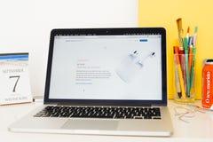 Ιστοχώρος υπολογιστών της Apple που επιδεικνύει AirPods Στοκ Εικόνες