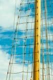 Ιστός γιοτ ενάντια στον μπλε θερινό ουρανό ιστιοπλοϊκός Στοκ εικόνα με δικαίωμα ελεύθερης χρήσης